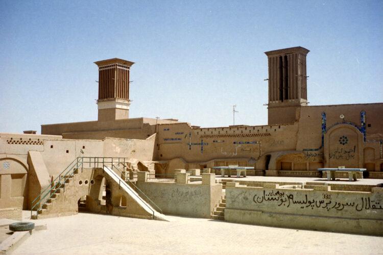 Eeuwenoude koeltorens in woestijnstad Yazd