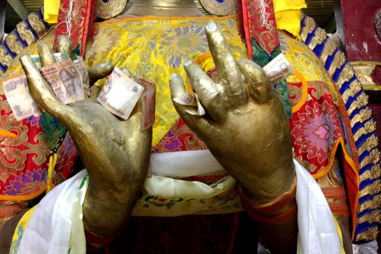 Boeddha met happinez in de vingers (foto:flickr/andreakirby)