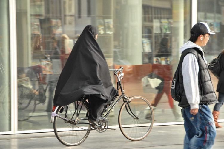 Zou verboden moeten worden: fietsen op de stoep (foto:flickr/faceme)