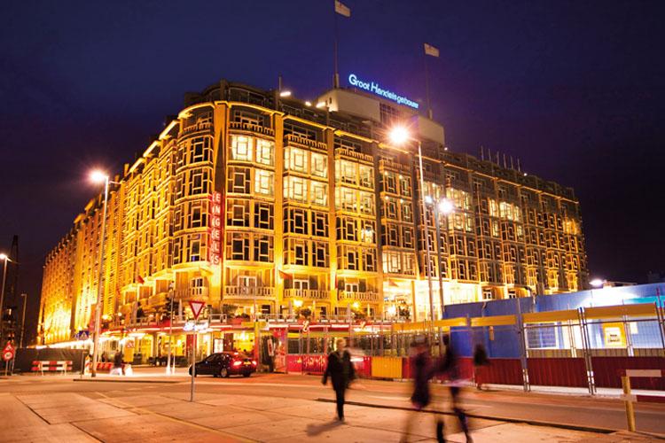 Het Groothandelsgebouw in de avonduren (credit: GHG)