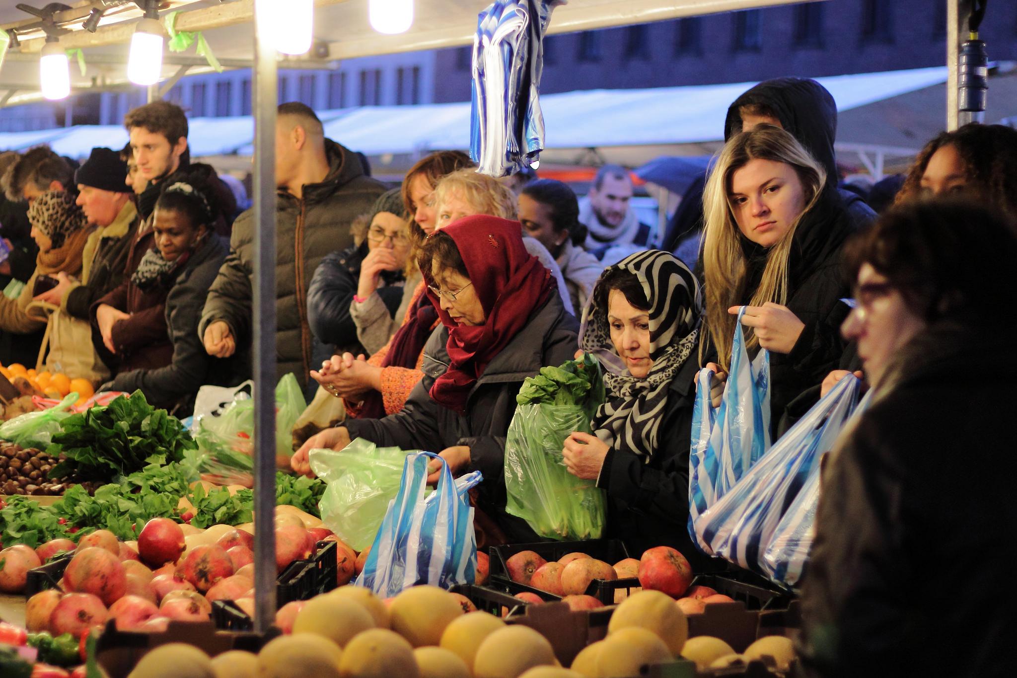 Rotterdammers op de markt (foto:flickr/katerboboy)