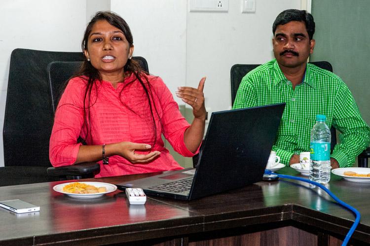 Het hoofd sociale projecten van Annapurna Microfinance licht het beleid toe (foto: Opmeer Reports)