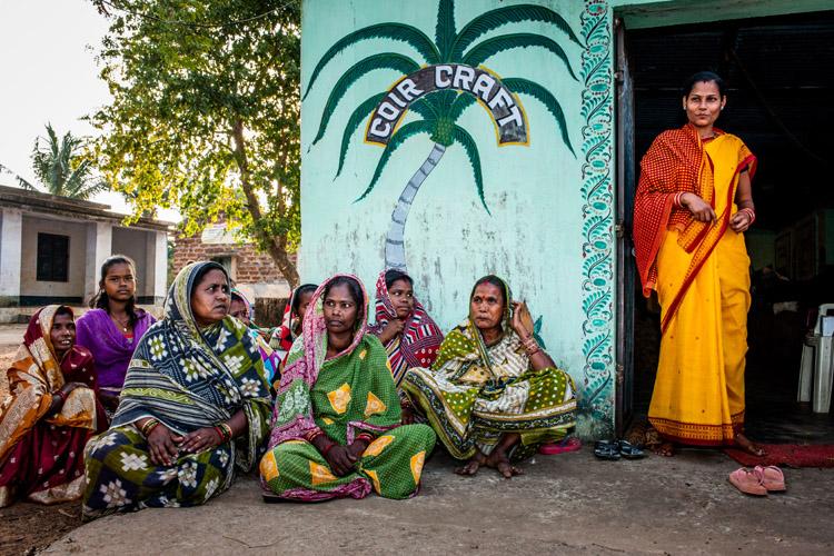 De vrouwen van Shanti Dan bij hun touwfabriekje (foto: Opmeer Reports)