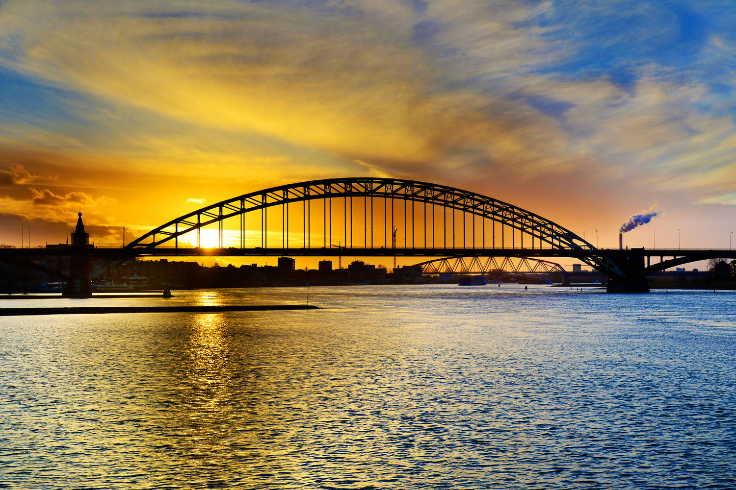 The Waal river at Nijmegen (photo:flickr/nilsvanrooijen)