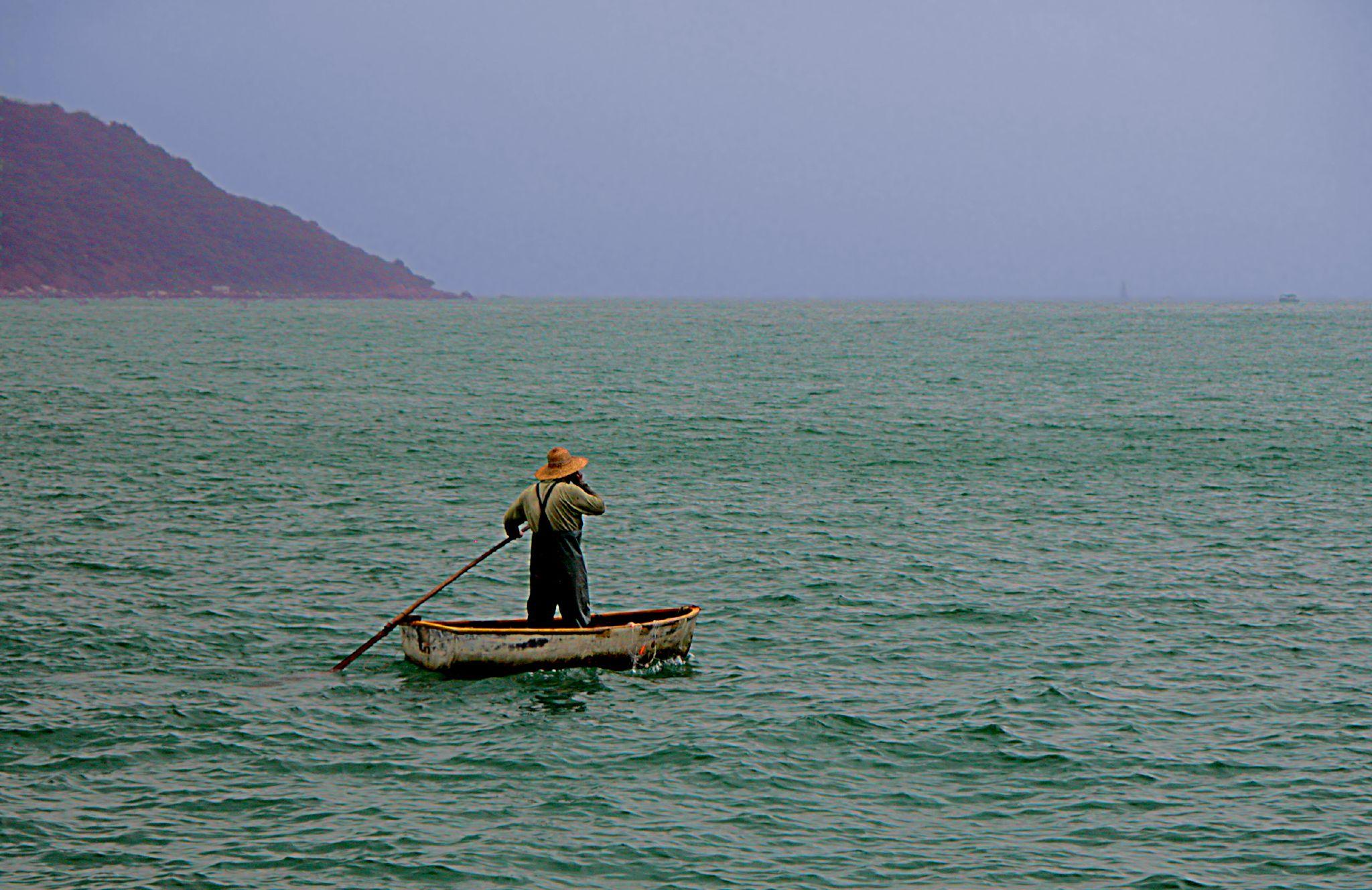 Man, telefoon en zee (foto:flickr/pmorgan)