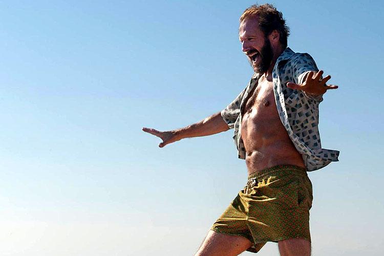 Ralph Fiennes doet een dansje in A bigger splash