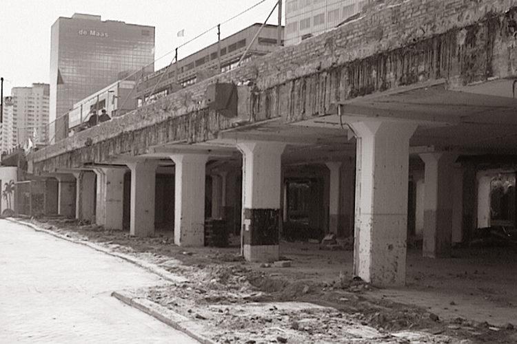 Boompjeskade 1998: WaterFront in aanbouw laat zien wat het in essentie is: een paar muurtjes tussen de pilaren van een viaduct
