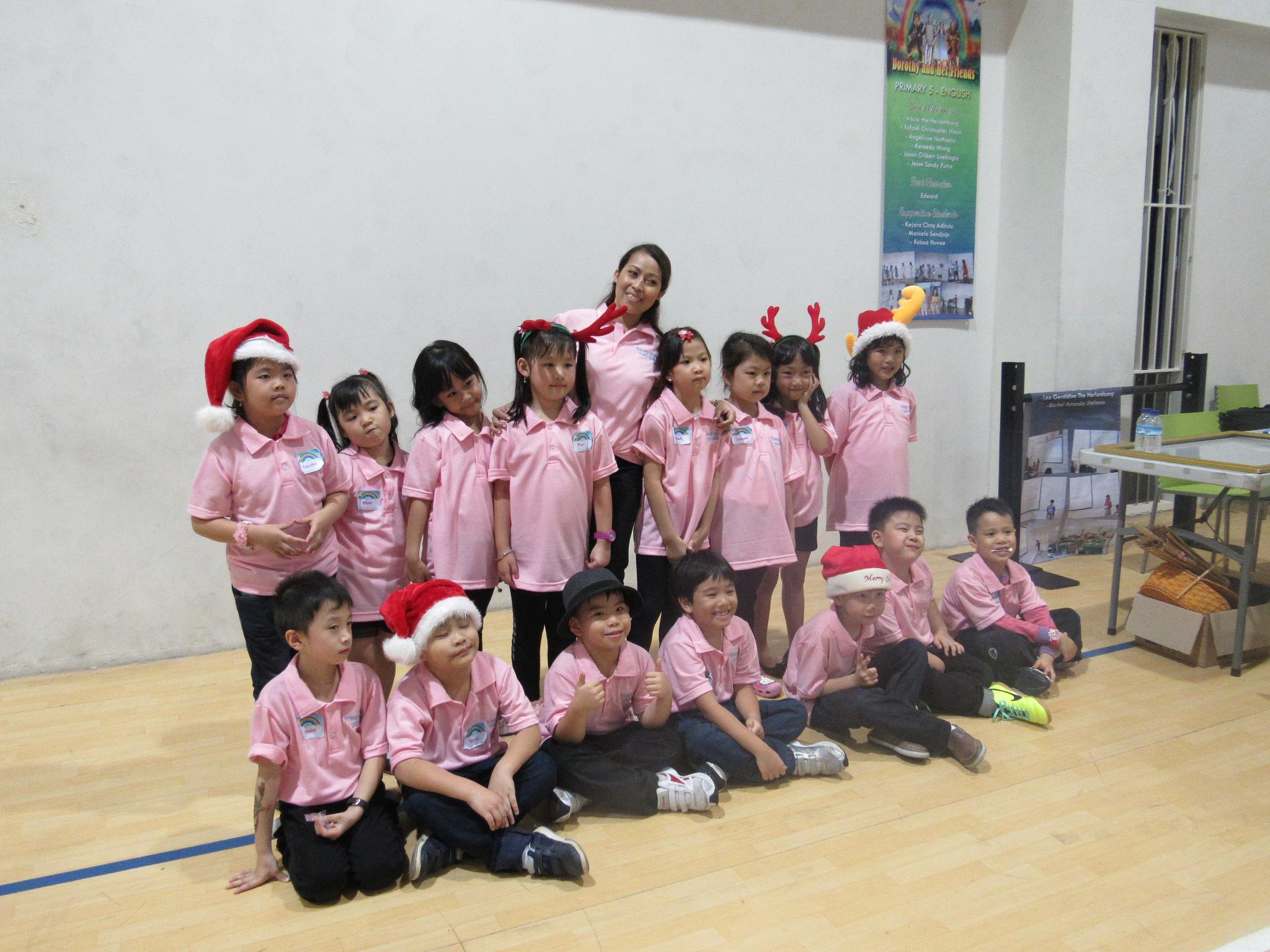 Chinees-Indonesische kinderen in kerstuitdossing