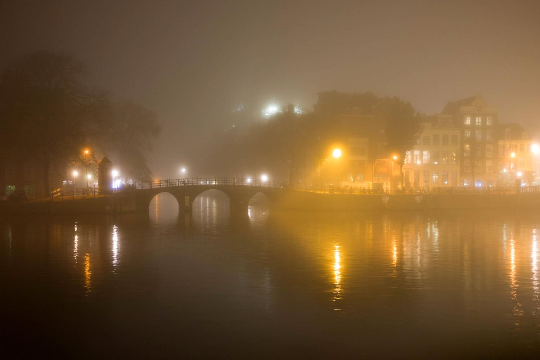 Altijd mist in het Amsterdam van Albert Camus (foto:flickr/zzkt)