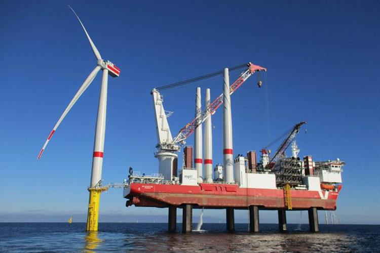 Installatie van een windturbine op zee (foto:flickr/vattenfall)