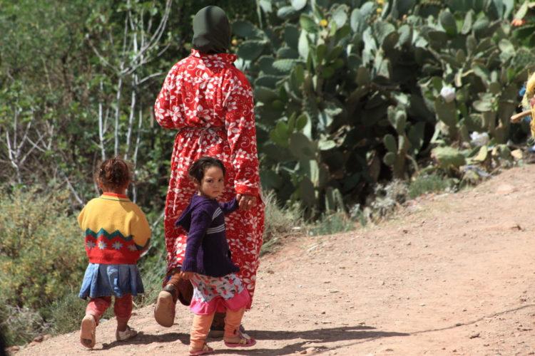 Twee kinderen met hun moeder op het platteland van Marokko (foto:flickr/Evan Chu)