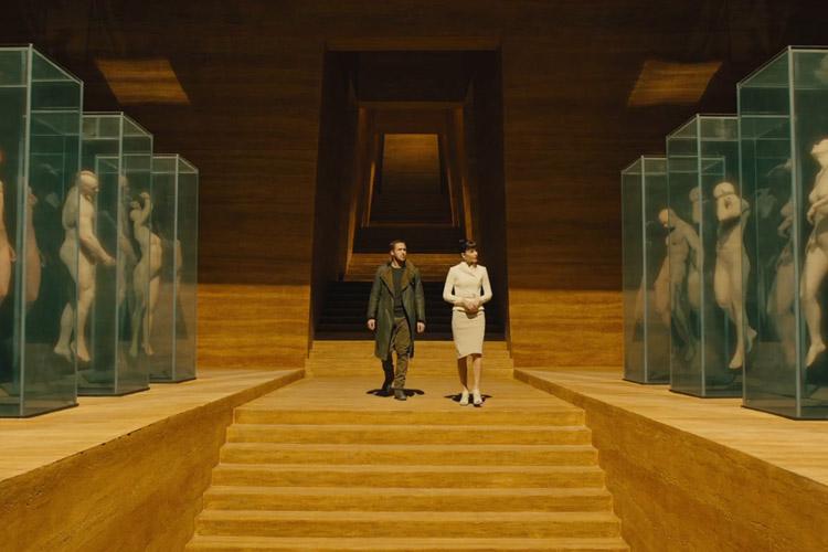 Ryan Gosling en Sylvia Hoeks in Blade Runner 2049