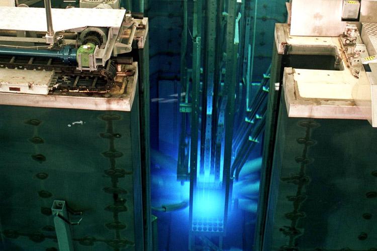 Een kernreactie levert blauw licht op, het Cherenkov effect (foto: tu delft)