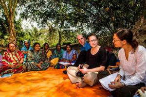 Bij een vrouwengroep in India (foto: Opmeer Reports)