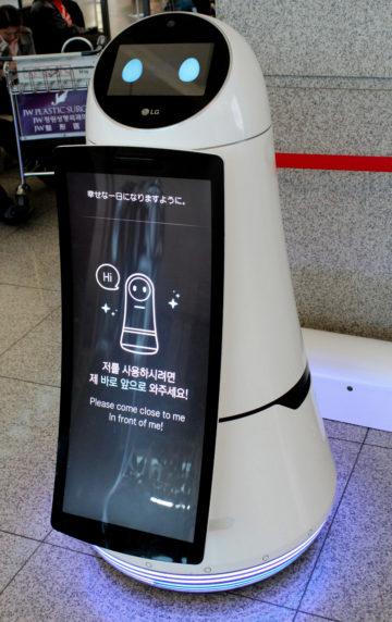 AirStar, de robot van LG op de luchthaven Incheon, spot een potentiële klant