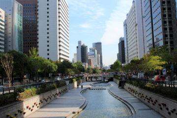 Cheong-gye-cheon, ooit een snelweg, nu een park geflankeerd door kantoren van multinationals