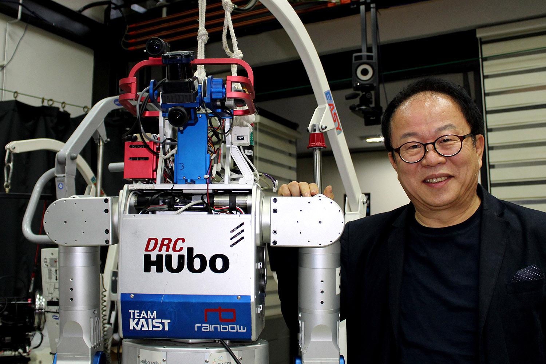 Jun-ho Oh met een van de Hubo's in zijn laboratorium