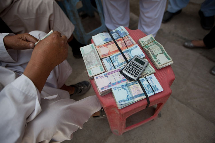 Gedlwisselaar op de markt in Kabul (foto:flickr/imtfi)