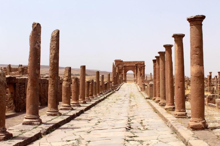 Een van de hoofdwegen van Timgad