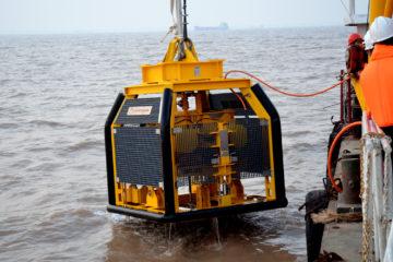 Frame met sondeerapparatuur wordt uit het water getild (foto: AP van den Berg)