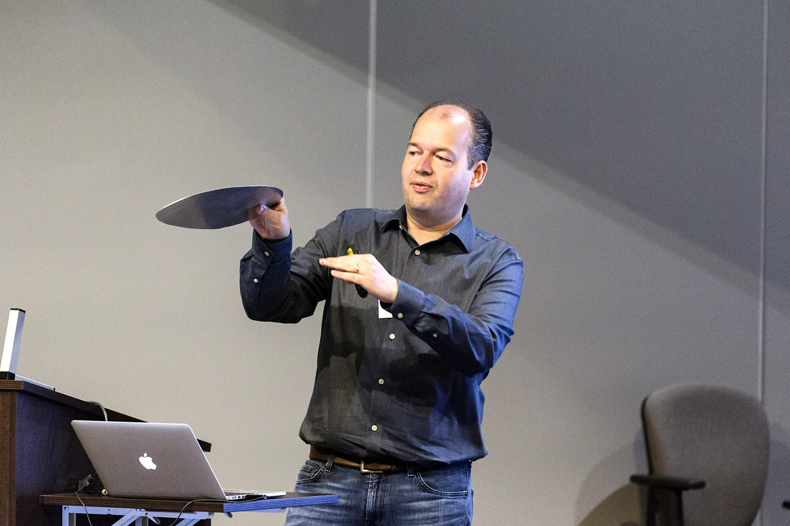 David Lentink demonstreert hoe een vogelvleugel werkt (foto: Marc Blommaert)