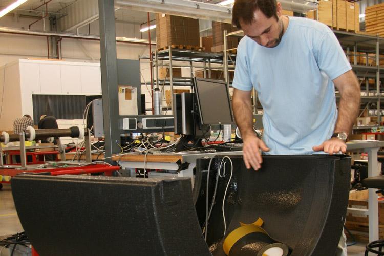 Werk aan behuizing van stuwkrachtsensor bij VAF Instruments