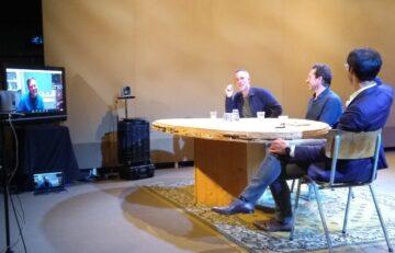 Max Porter op het scherm (links) bij de afgelevering van Boek & Meester op 20 mei